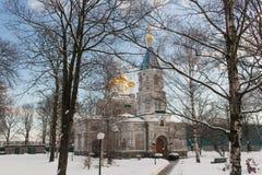 Une cathédrale russe de grande église en pierre blanche avec les dômes d'or photo libre de droits