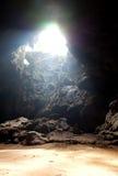 Une caverne avec la lumière à partir du dessus Photos stock