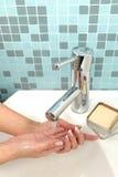 Une certaine fille se lave les mains Photographie stock libre de droits