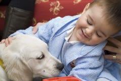 Une chéri avec son animal familier blanc. Photographie stock libre de droits