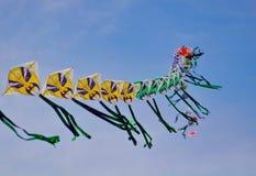 Une chaîne de caractères des cerfs-volants chinois colorés avant ciel bleu Photos libres de droits