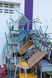 Une chaise cassée reste pour être indisponible photographie stock libre de droits