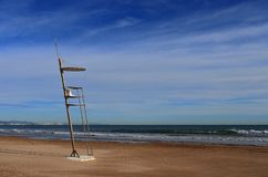 Une chaise futuriste de maître nageur à la plage vide à Valence, Espagne À l'arrière-plan les eaux chaudes de la mer Méditerranée photos libres de droits