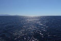 Une chaise gratuite sur le bateau devant la bouée de sauvetage et ciel bleu et voient Photos stock