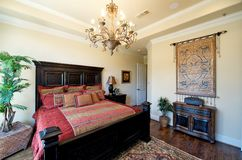 Une chambre à coucher principale classieuse Image stock