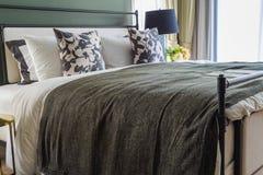 Une chambre à coucher principale de luxe avec la lumière chaude Photo stock