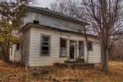 Une Chambre abandonnée de ferme dans le pays agricole rural du Dakota du Sud perd contre aux éléments Image stock