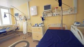 Une chambre d'hôpital vide avec deux lits, moniteurs, tables de chevet et tout autre équipement dans lui banque de vidéos