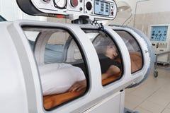 Une chambre de pression est un dispositif qui sature le corps avec une importante quantité d'oxygène image stock
