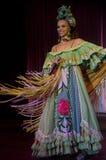 Une chanteuse cubaine dans le vêtement traditionnel pendant la représentation de Parisien de cabaret Photo libre de droits