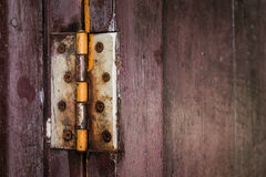 Une charnière de rouille à la vieille porte en bois photographie stock libre de droits