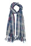Une écharpe est de laine dans une cage bleue avec les filaments rouges et la frange, d'isolement sur un fond blanc Photos libres de droits