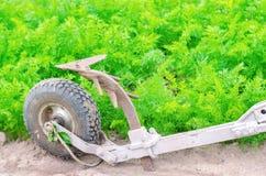 Une charrue manuelle sur un treuil électrique cultivateur Outils agricoles, cultivant Agriculture Labourage de la terre avant la  photos stock