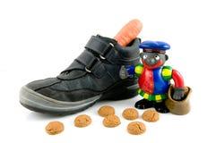 Une chaussure avec le raccord en caoutchouc, pepernoten et noircissent le piet images libres de droits