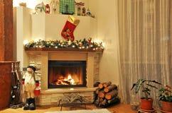 Une cheminée avec la décoration de Noël Photos stock