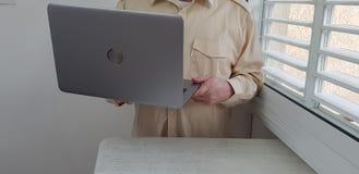 Une chemise officielle de couleur claire de port d'homme se tient dans le coin image stock