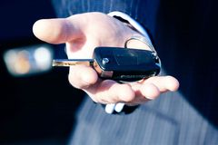 Une clé au véhicule neuf pour des affaires Image libre de droits
