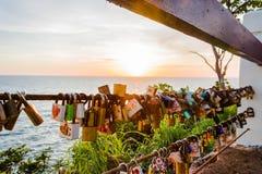 Une clé d'amour au coucher du soleil Photo libre de droits