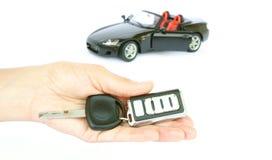 Une clé de véhicule et un véhicule photos libres de droits