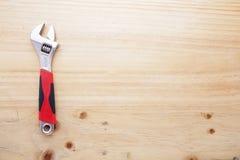 Une clé sur une table en bois Photo libre de droits
