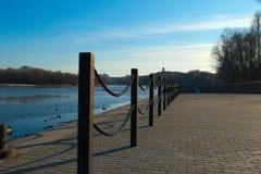 Une clôture à chaînes sur la berge Image stock