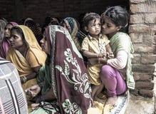 Une classe d'instruction dans l'Inde rurale images stock