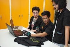 Une classe des étudiants de lycée étudient l'électronique et la robotique Photographie stock libre de droits