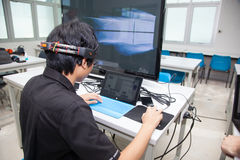Une classe des étudiants de lycée étudient l'électronique et la robotique Photos stock