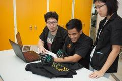 Une classe des étudiants de lycée étudient l'électronique et la robotique Images stock