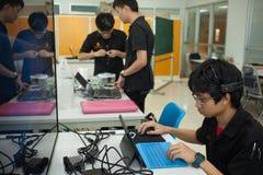 Une classe des étudiants de lycée étudient l'électronique et la robotique Photos libres de droits