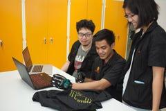 Une classe des étudiants de lycée étudient l'électronique et la robotique Photo libre de droits