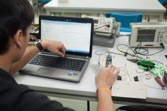 Une classe des étudiants de lycée étudient l'électronique et la robotique Image stock