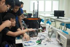 Une classe des étudiants de lycée étudient l'électronique et la robotique Image libre de droits