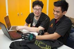Une classe des étudiants de lycée étudient l'électronique et la robotique Images libres de droits