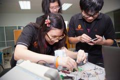 Une classe des étudiants de lycée étudient l'électronique et la robotique Photo stock