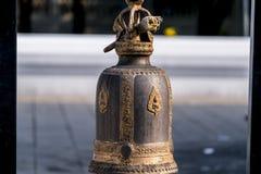 Une cloche de temple à la cour d'un temple Photos stock
