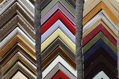 Une collection d'échantillons de coin de cadre de tableau de photo en bois solide sont montrées sur une table photographie stock libre de droits
