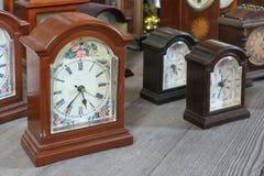 Une collection d'horloges enfermées en bois de chariot photos libres de droits