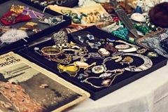Une collection de boutons de manchette de vintage, ornements Photographie stock libre de droits