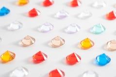 Une collection de différentes pierres facettées sur un fond blanc Photo stock