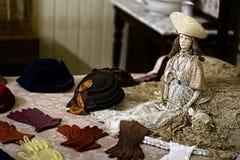 Une collection de gants en Front Of une poupée de porcelaine de vintage Images stock