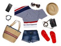 Une collection de vêtements de touristes et d'accessoires d'isolement sur le blanc Photo stock