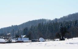 Une colline de foin sec dans les montagnes pendant l'hiver Photographie stock