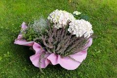 Une composition florale décorative avec les hortensias et la Bruyère photo stock