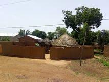 Une concession avec les maisons couvertes de chaume sous un ciel clair dans un jour ensoleillé photos libres de droits