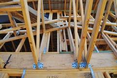 Une connexion de toit dans une trame de construction de pin de radiata Photos stock