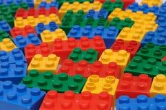 Une construction de jouet a placé avec beaucoup de morceaux de construction colorés Image libre de droits