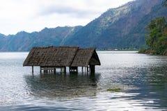 Une construction que l'eau a été mangée, dans le cratère géant de Danau Batur Photographie stock libre de droits