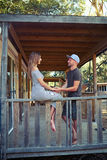 Une conversation de chaleur des couples affectueux sur la terrasse du courtiser Photos libres de droits