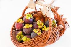 Une corbeille de fruits exotique du mangoustan et de l'idée parfaite FO de zalacca Photos stock